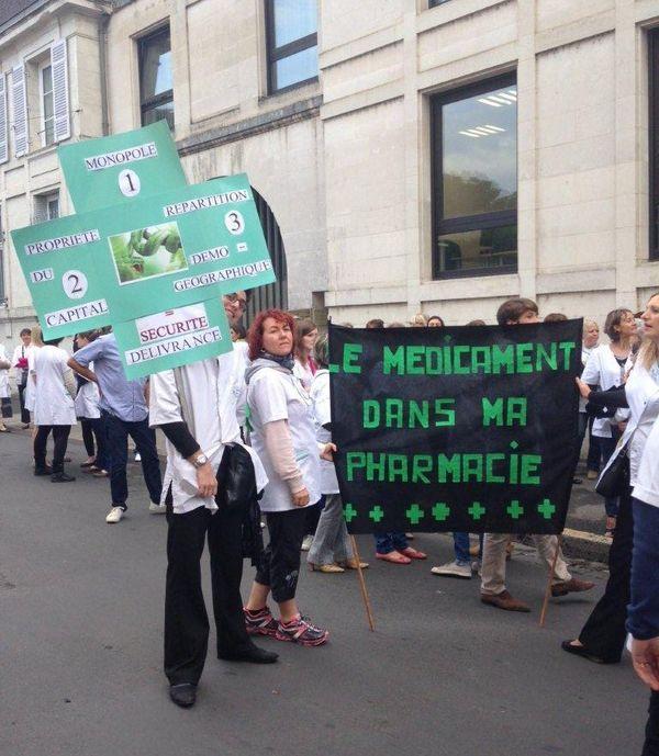 Les pharmaciens ce sont mobilisés ce mardi matin devant la préfecture de Périgueux contre la dérèglementation de leur profession