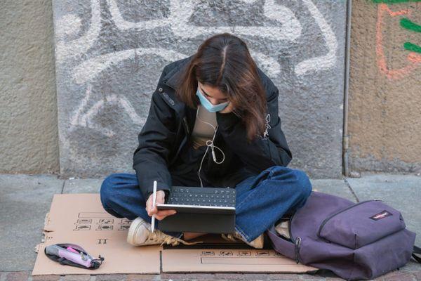 Illustration - Seuls depuis le début de la crise Covid en mars 2020, les étudiants en distanciel pleurent pour un retour sur les bancs de la fac.