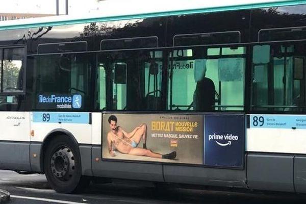 L'affiche du film Borat, présente sur certains bus de la RATP, a parfois été grattée au niveau de la bague.[Capture Twitter @firehairedreamr]