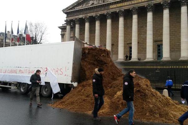 Des tonnes de fumiers ont été déversée, ce jeudi matin, devant l'Assemblée Nationale.