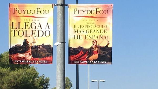 Des affiches annoncent le spectacle sur la route de Tolède