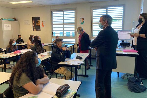 Olivier Dugrip, recteur de l'académie Auvergne-Rhône-Alpes en visite au collège Pierre-Brossolète d'Oullins ce lundi 03 mai