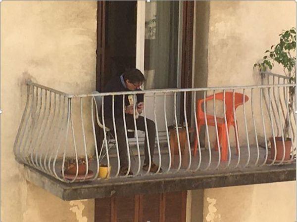 Je n'avais pas remarqué que l'on jouait de la guitare au balcon, avant,  dans ma rue.