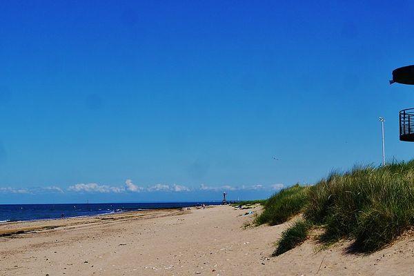 Dans le Calvados, sur la Côte de Nacre, plein soleil ce JEUDI sur la plage de Courseulles  .