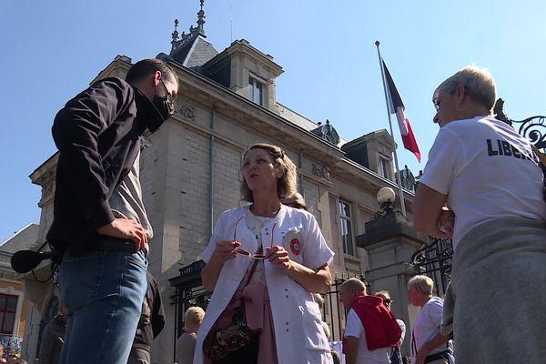 Des personnels de santé suspendus devant la Préfecture du Territoire de Belfort.
