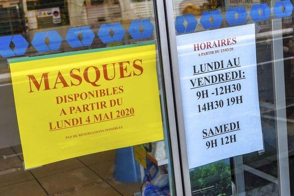 Panneau annonçant la vente de masques à partir du 4 mai, sur la porte d'une pharmacie, le 27 avril dernier.