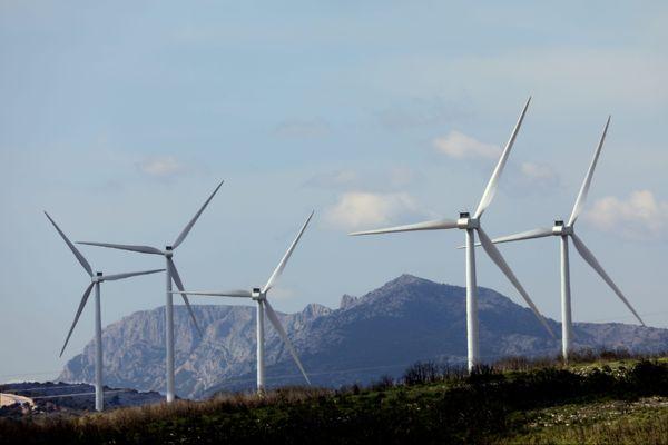 Les éoliennes du parc avec en fond la montagne Sainte-Victoire.