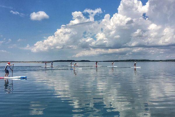 Séance de paddle à la base nautique de Mesnil-Saint-Père, dans l'Aube.