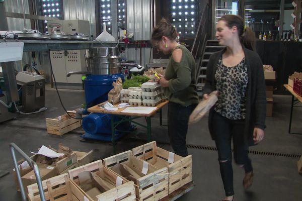 Les producteurs préparent les commandes des clients dans une ferme oléicole transformée en arrière base