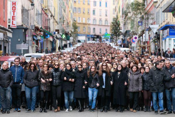 Des milliers de personnes participent à une marche le 25 mars 2014 à Bastia, pour rendre hommage à Jean Leccia, un directeur des services gouvernementaux de 53 ans, tué deux jours auparavant au volant de sa voiture dans la ville d'Aleria par deux assaillants sur une moto qui ont fui les lieux.
