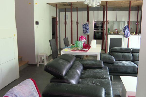 Chez Sylvie, la moisissure dégrade peu à peu les meubles.