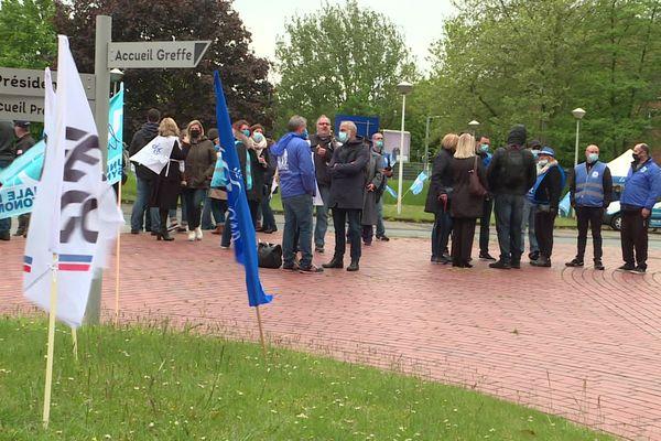 Les salariés d'Office Depot devant le tribunal de commerce de Lille le 25 mai 2021