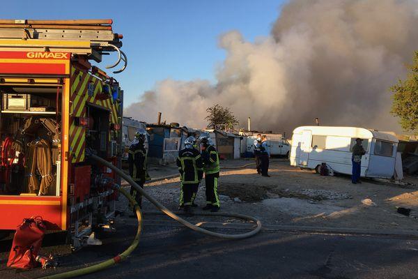 Incendie dans les caravanes d'un camp de Roms à Bouguenais en Loire-Atlantique, deux personnes ont été prises en charge par les sapeurs-pompiers