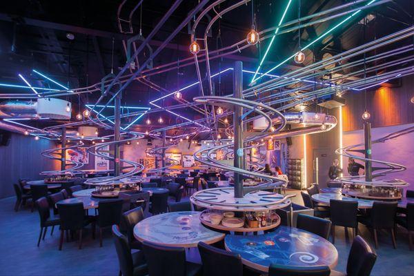 Attenant à l'hôtel Station Cosmos, le restaurant Hyperloop promet lui aussi une expérience déroutante à ses visiteurs, avec des commandes passées sur écrans interactifs et parvenant à la table grâce à un système de rails.