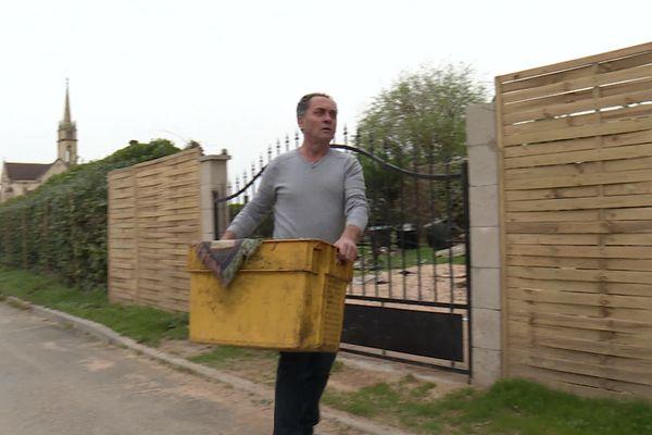 Pascal Rousseau continue de sortir des débris des inondations