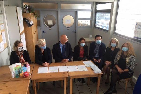 La signature d'une convention pour la distribution gratuite de kits d'hygiène intime pour les détenues de la maison d'arrêt de Nîmes, en présence du procureur de la République.