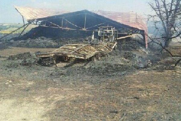 Les hangars sont totalement détruits