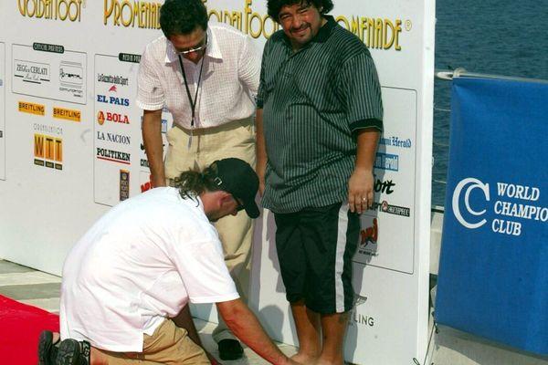 """Le 26 août 2003 Diego Maradona a retiré ses crampons pour mouler la forme de ses """"pieds en or""""."""