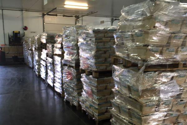 Les palettes de caisses d'huîtres sont entreposées dans les réserves à leur arrivée dans les entrepôts.