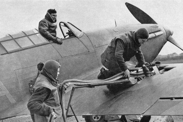 Un pilote britannique charge en munitions son Hawker Hurricane en France en 1940. Ces avions, basés à Lille-Seclin, allaient couvrir la retraite britannique dans le Nord.