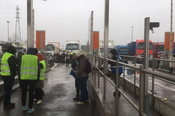 """Les """"gilets jaunes"""" ont décidé de filtrer les camions au péage de Toulouse nord ce mardi matin, provoquant de gros bouchons."""