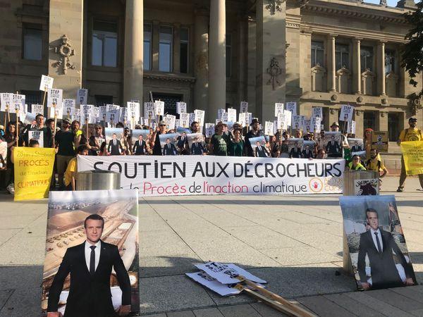 rès de 150 personnes sont déjà réunies à 8h30 sur le parvis du tribunal de Strasbourg ce mercredi matin.