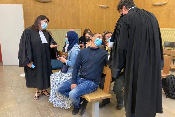Au tribunal de Lons-le-Saunier, la famille victime d'une agression raciste à Dole avec ses avocats dont Me Randall Schwerdorffer.