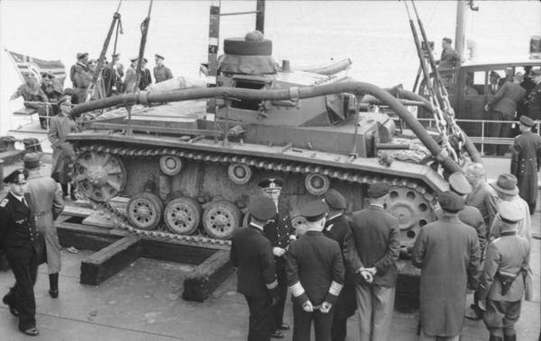"""Un Panzer III modifié en 1940 pour pouvoir être immergé et évolué sous l'eau en vue de l'Opération """"Seelöwe""""."""