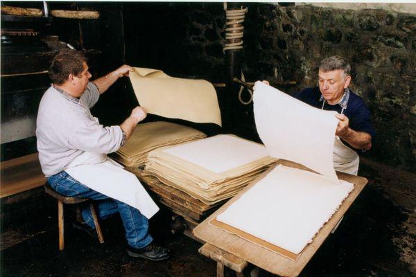 L'étape du levage dans la fabrication du papier à base de vieux chiffons récupérés. Un savoir-faire ancestral pratiqué au Moulin de Bas, près d'Ambert, dans le Puy-de-Dôme.