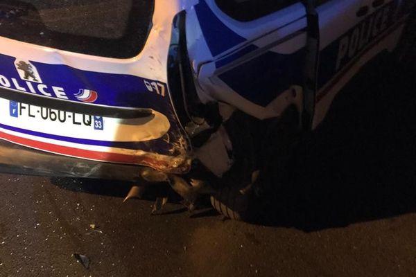 Le véhicule de police endommagé dimanche soir 10 octobre à Bassens