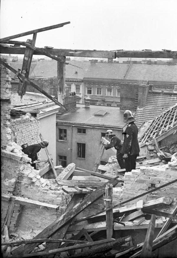 Un immeuble de Berlin détruit par un bombardement britannique dans la nuit du 28 au 29 août 1940.