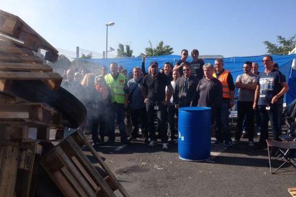 Les salariés en grève bloquent les accès de l'usine Schering-Plough à Hérouville Saint-Clair