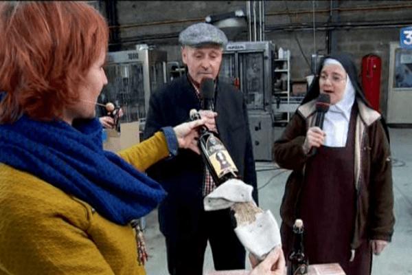 Patrice Beau et soeur Thérèse proposent ensemble des bières artisanales qui permettent de rénover le couvent, mercredi 14 décembre 2016.