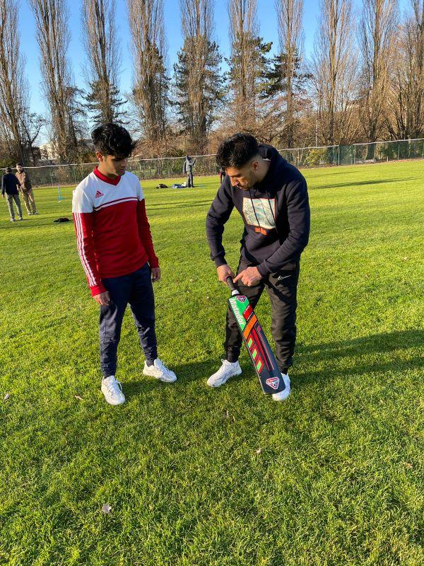 Noor et des amis constituent la première équipe de cricket au stade Saint-Exupéry à Rouen