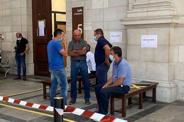 Les cinq éleveurs lis en cause par la justice au tribunal correctionnel de Pau