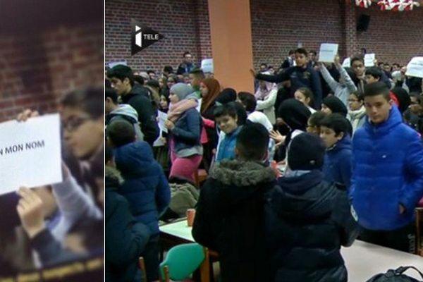 """Une minute de silence au lycée musulman Averroès à Lille. """"Pas en mon nom"""" était écrit sur les pancartes brandies par les élèves."""