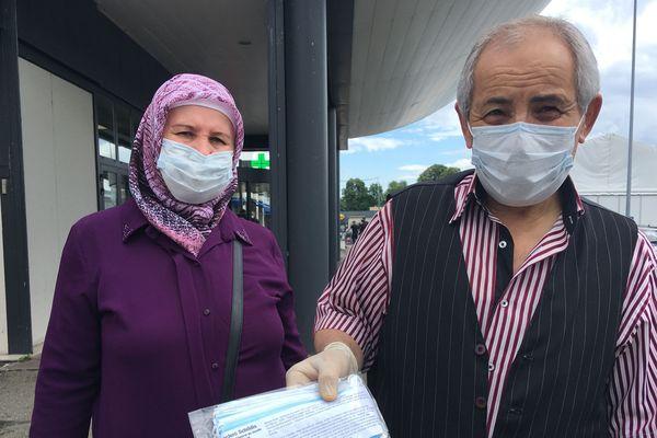 Ce couple fait partie des rares chanceux à avoir trouvé des masques en supermarché ce lundi 4 mai.