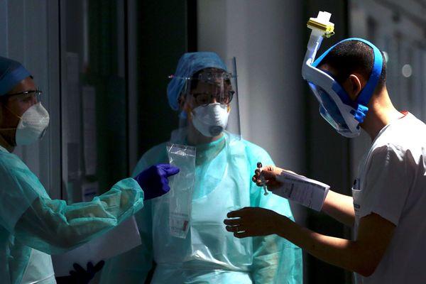 Deux infirmier.e.s et un patient, au service réanimation de l'hôpital de Trévenans - Photo d'illustration