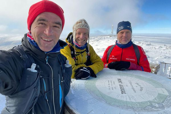 Denis Clerc au Mont Aigoual le 5 janvier 2021 avec (en rouge) Christian Pialot, technicien à l'observatoire de Météo France et président du Ski club du Mont Aigoual et (en jaune) Gildas Le Masson, organisateur du Ceven Trail et chargé de communication de la station de ski Alti Aigoual.