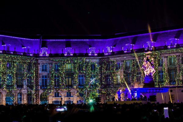 Fête du Vin 2016, spectacle de lumière sur les façades de la place de la Bourse