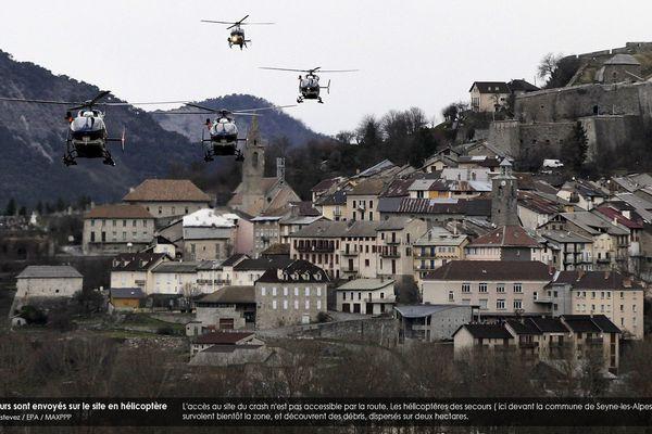 L'accès au site du crash n'est pas accessible par la route. Les hélicoptères des secours ( ici devant la commune de Seyne-les-Alpes) survolent bientôt la zone, et découvrent des débris, dispersés sur deux hectares.