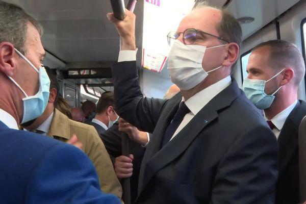 Le premier ministre Jean Castex dans le tramway entre Lille et Tourcoing mercredi 6 octobre.