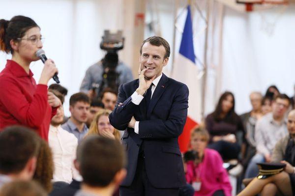 Emmanuel Macron écoute Estelle Ferrandès dénoncer la façon dont on parle de l'autisme dans la société, lors d'un débat avec les jeunes à Etang-sur-Arroux, en Saône-et-Loire, jeudi 7 février 2019.