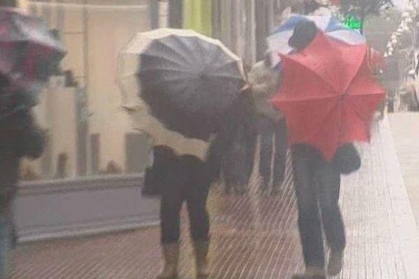 Le vent et la pluie font rage dans les rues du Touquet.