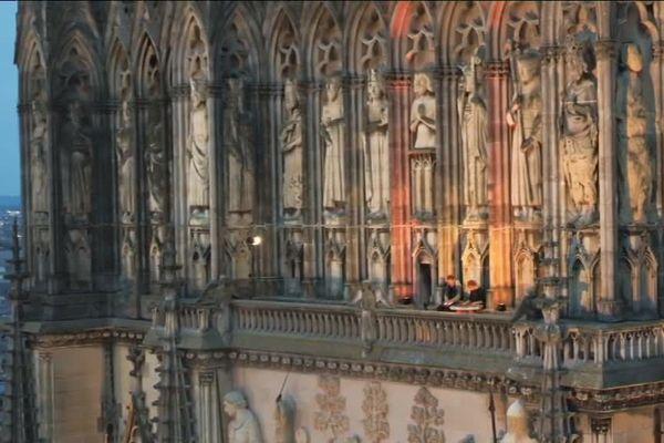 """Les musiciens du groupe TRAF perchés sur la cathédrale de Reims pour le tournage au drone du clip """"Live Royal""""."""