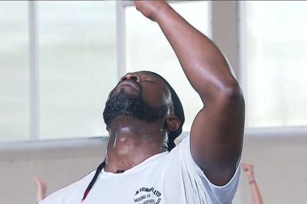 L'un des coachs de danse montre des pas à ses élèves.