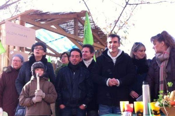 Une cabane a été érigée, pour protester contre la destruction des cabanes sur le site du futur aéroport nantais.