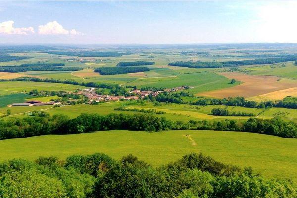 La colline de Sion offre à ses visiteurs une vue panoramique et exceptionnelle sur les côtes de la Moselle jusqu'à la crête des Vosges.