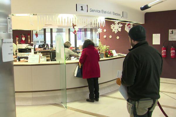 La mairie de Roanne (Loire) réclamait plus de 300.000 euros à l'Etat pour la gestion et la signature des PACS: la requête a été rejetée par le Tribunal administratif.