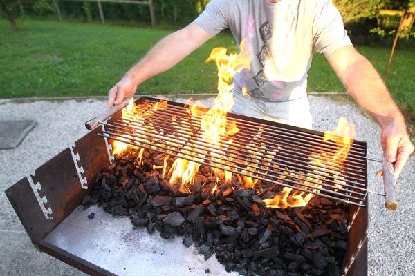 L'utilisation de réchaud et de barbecue est interdite sauf à moins de 5 mètres d'une construction débroussaillée, dotée de l'eau courante et de l'électricité.